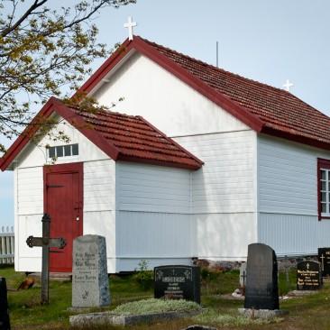 Jurmon kirkko auringon laskiessa.  Valkoinen Virtasen Neljän Öljyn maali