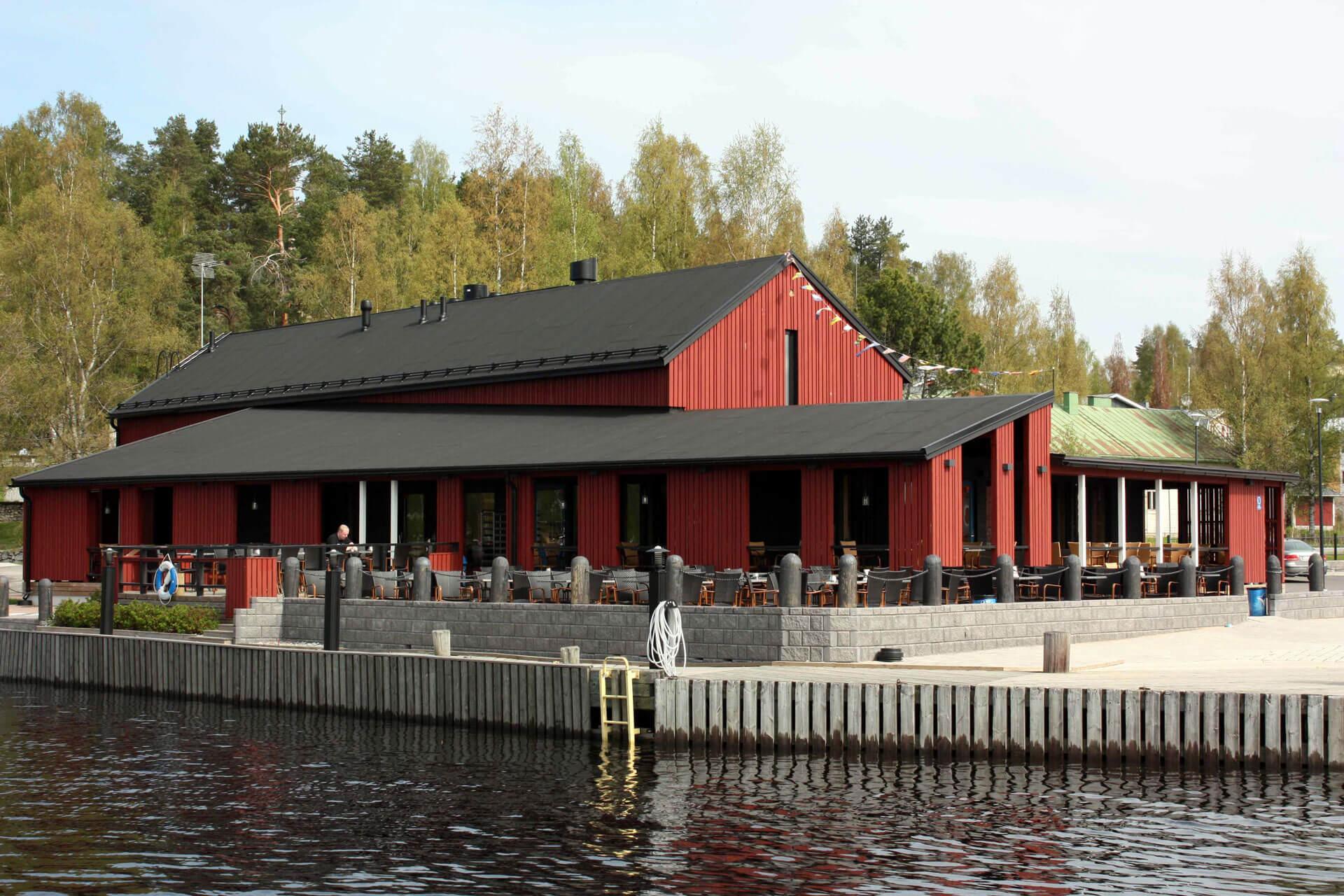 Virtasella maalattu Kahvila-ravintola Satamakapteeni Korpilahdella
