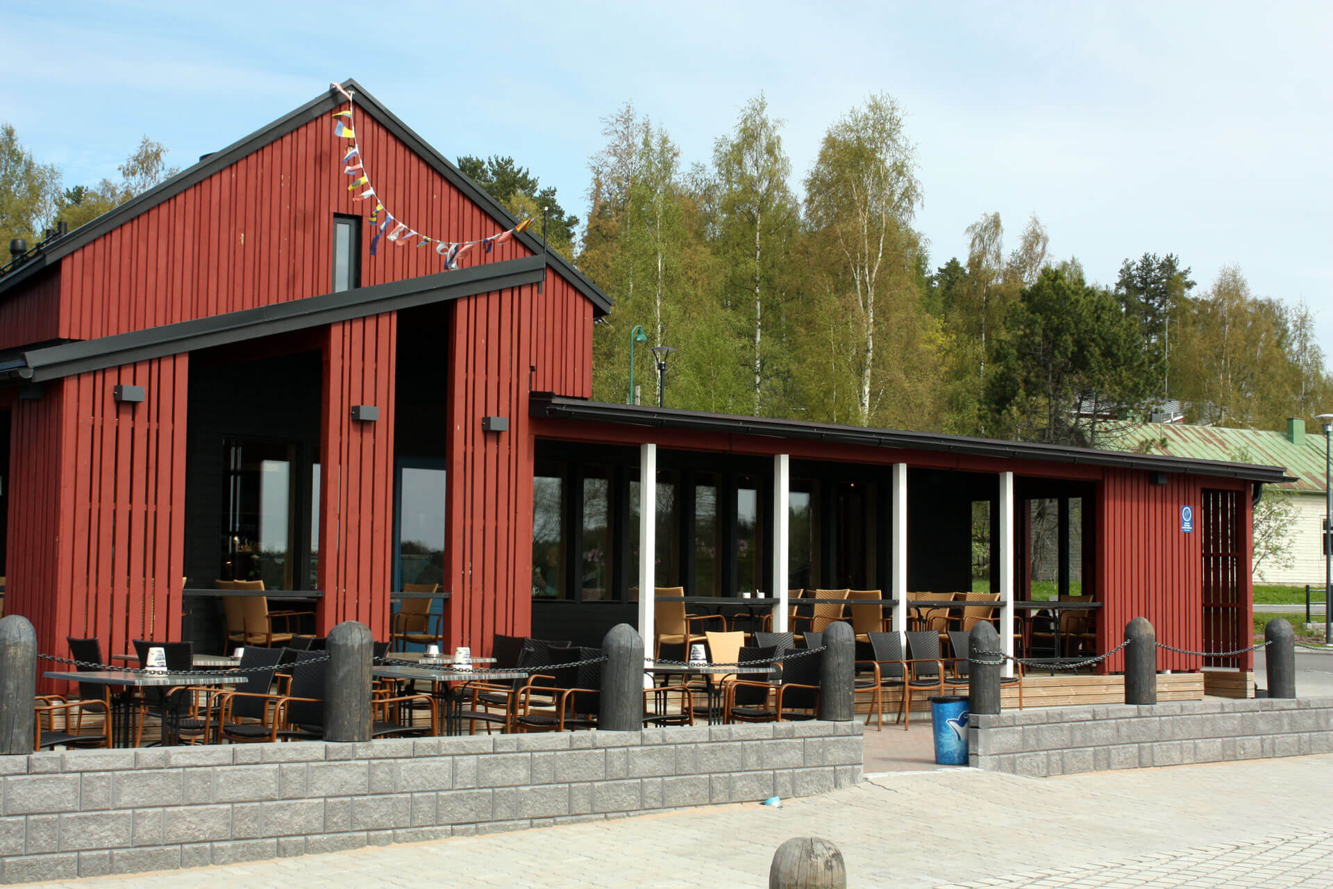 Virtasella maalattu Kahvila-ravintola Satamakapteeni Korpilahdella.