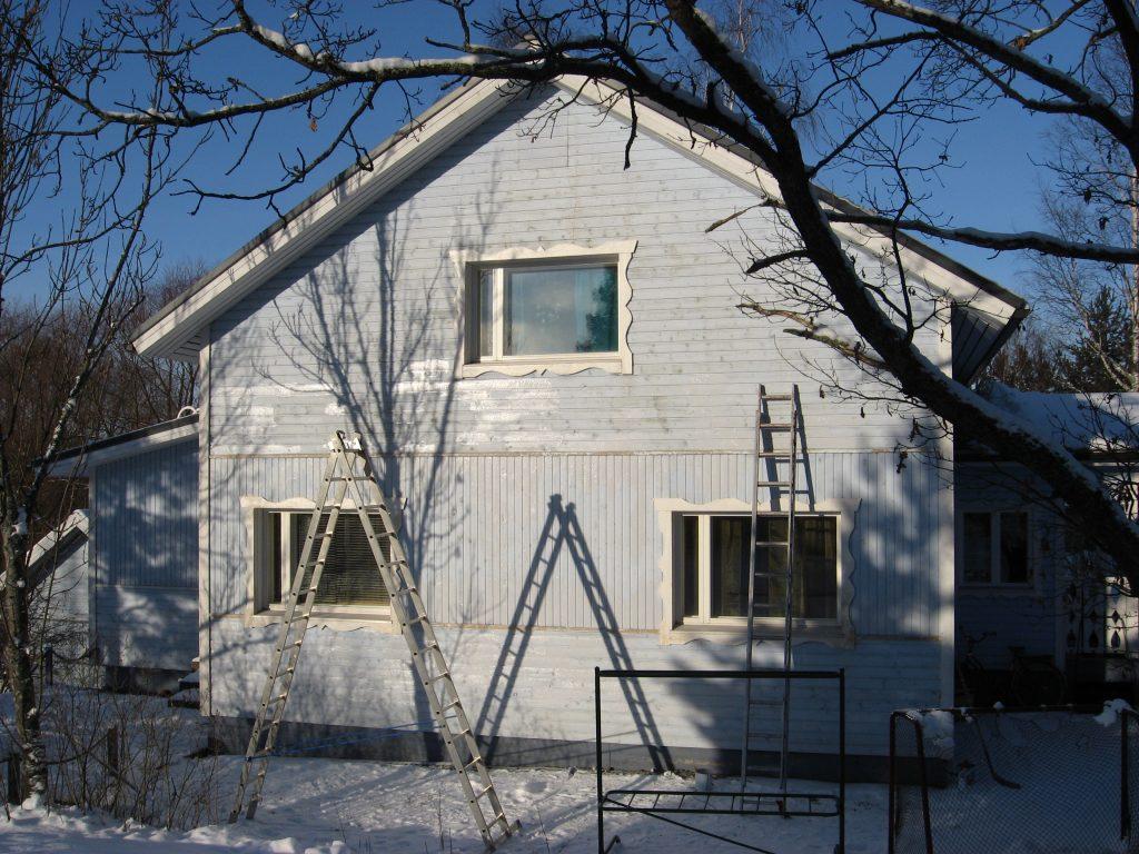 Virtasen 4 Öljyn Maalilla talvimaalattu talon eteläseinä